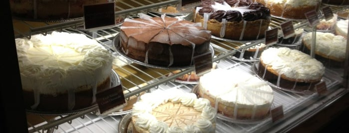 The Cheesecake Factory is one of Restaurantes.