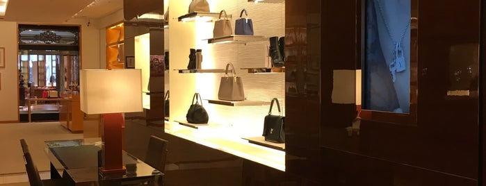LOUIS VUITTON 日本橋高島屋店 is one of staffのいるvenues.