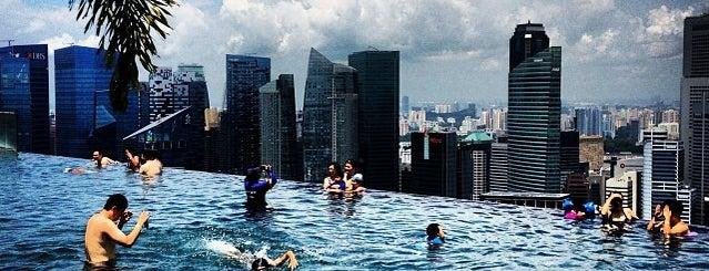 Rooftop Infinity Pool is one of Bucket List ☺.