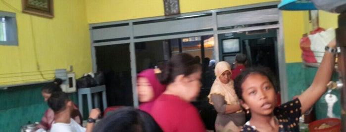 Nasi Pecel Pandegiling Bu Joyo is one of Kuliner Wajib @Surabaya.
