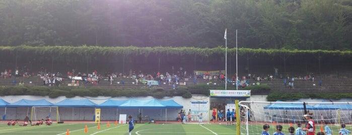이화∙금란고등학교 (Ewha-Geumnan high School) is one of 이화여자대학교 Ewha Womans University.
