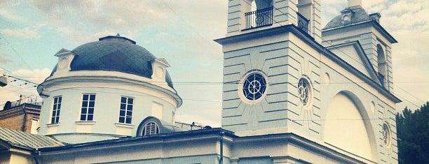 Храм Успения Пресвятой Богородицы На Могильцах is one of 100 примечательных зданий Москвы.