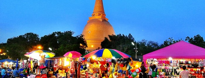 Phra Pathommachedi Night Market is one of travel.