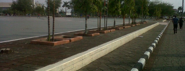 Lapangan Masjid Agung An- Nur is one of Favorite affordable date spots.