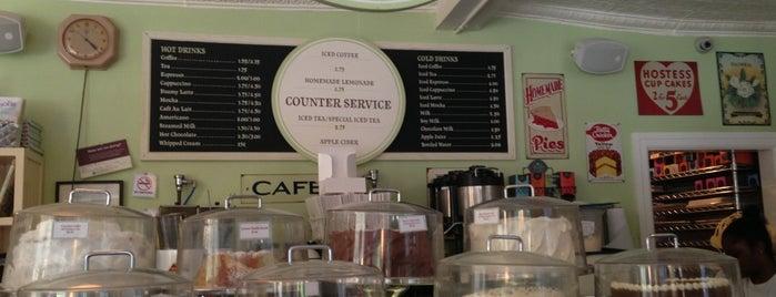 Magnolia Bakery is one of Manhattan Essentials.