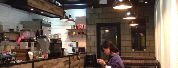 Rabbithole Coffee & Roaster is one of hong kong night life.