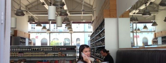 Deli Delux is one of Coffee places in Lisbon.