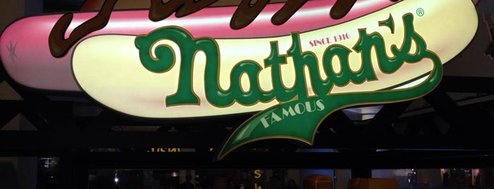 Nathan's Famous is one of Надо посетить.