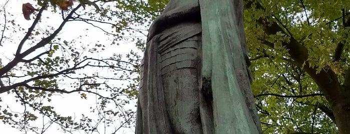 De Standbeelden is one of blue muted wisdom.