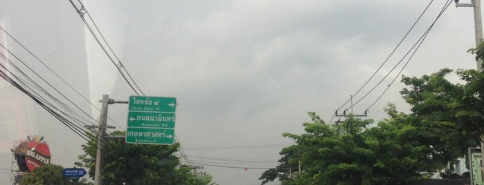 Sukhonthasawat Intersection is one of ถนน.