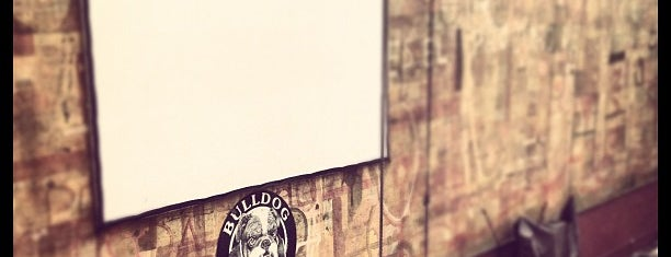 Bulldog Café is one of Algunos lugares....