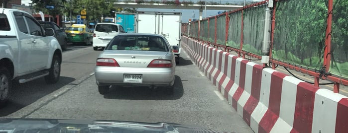 Ramkhamhaeng Road is one of ถนน.