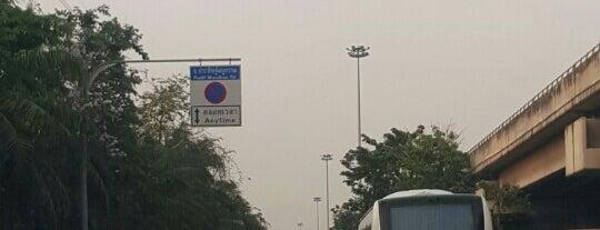 Pracha Uthit-Pradit Manutham Intersection is one of ถนน.
