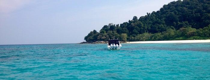 Thap Lamu Pier is one of Надо посетить.