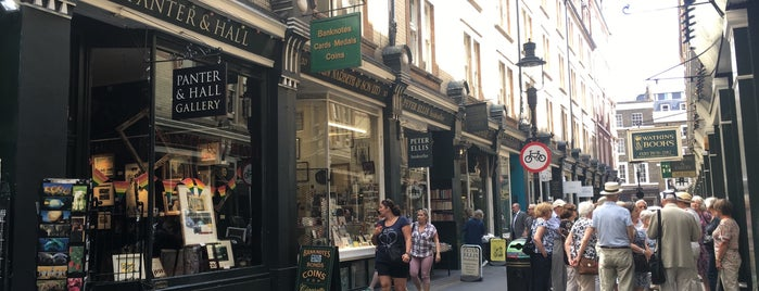 Cecil Court is one of London todos.