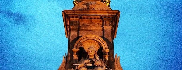 Queen Victoria Memorial is one of Around The World: London.