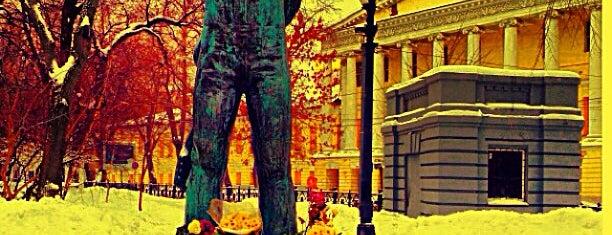 Памятник Владимиру Высоцкому is one of Парки и скверы🌳.