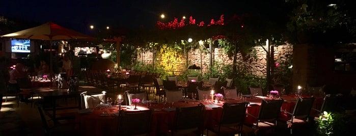 Dos Lunas is one of Restaurantes.