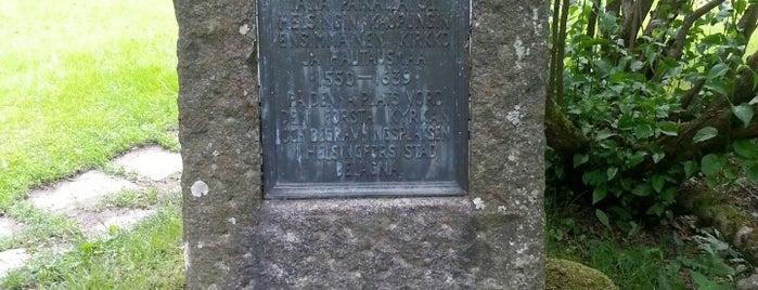 Kaupunkiseurakunnan ensimmäisen kirkon ja hautausmaan muistokivi is one of Patsaat ja muistomerkit.