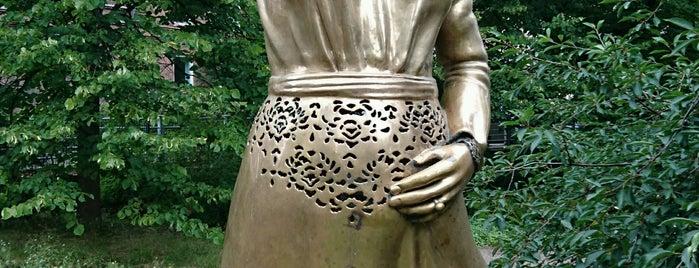 Odotus-patsas is one of Patsaat ja muistomerkit.