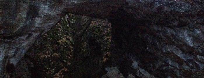 Aksamitová brána is one of Doly, lomy, jeskyně (CZ).