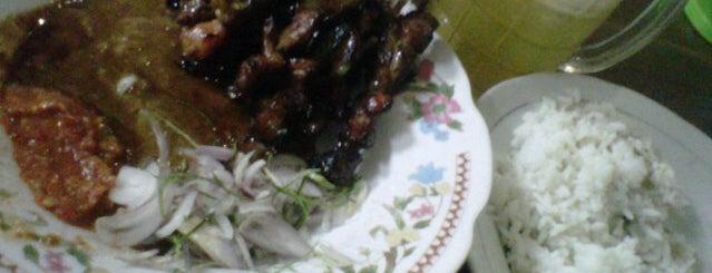 Sate Kambing Balowerti Bu Supardi is one of Kuliner di Kediri.