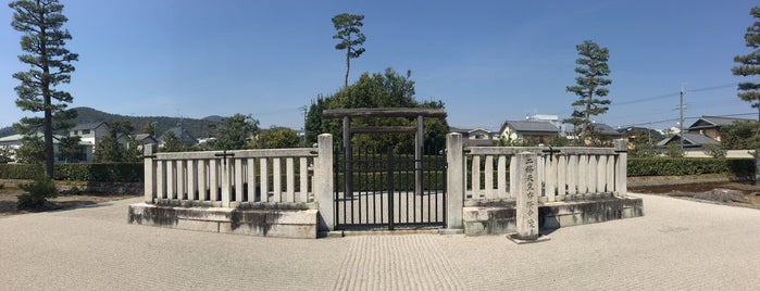 二條天皇 香隆寺陵 is one of 天皇陵.