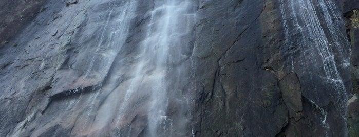 むかばきの滝 (行縢の滝) is one of 日本の滝百選.
