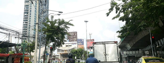 Taksin Intersection is one of ถนน.