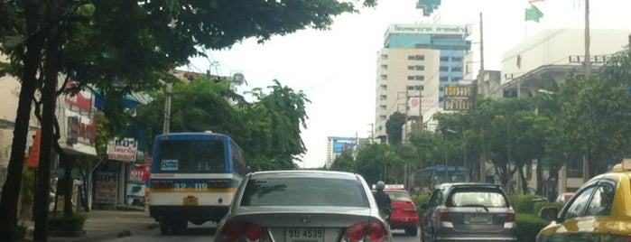 LadPhrao Road is one of ถนน.
