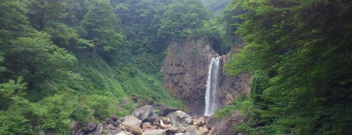 苗名滝 is one of 日本の滝百選.