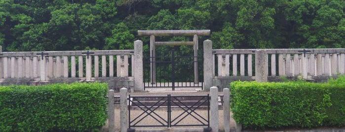 宣化天皇 身狹桃花鳥坂上陵 (鳥屋ミサンザイ古墳) is one of 天皇陵.