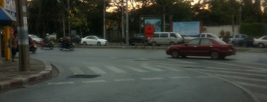 Phatthanakan Intersection is one of ถนน.