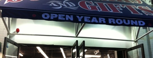 Red Sox Team Store is one of Loisirs.