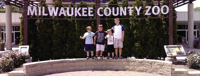 Milwaukee County Zoo is one of Deer Tracks.