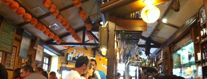 Entrevinos is one of 41 Bares imprescindibles para tapear en España.