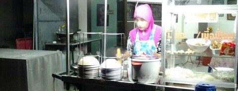 ร้านก๋วยเตี๋ยวจัมโบ้ มุสลิม เยื้องโชว์รูม ISUZU is one of ร้านอาหารมุสลิม.
