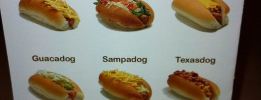 The Dog Is Hot is one of Sandwich, hamburguesas y otras cosas rápidas.