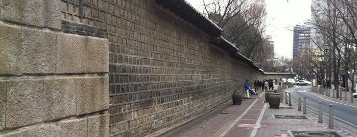 덕수궁 돌담길 is one of Seoul #4sqCities.