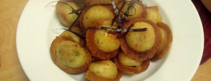 Bánh nhân bạch tuộc - Takoyaki is one of Ăn vặt Hà Nội.