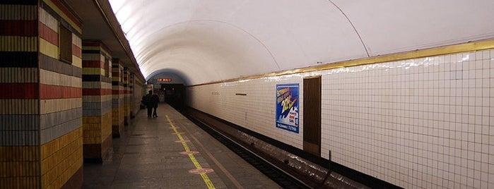 Станція «Шулявська» is one of Київський метрополітен.