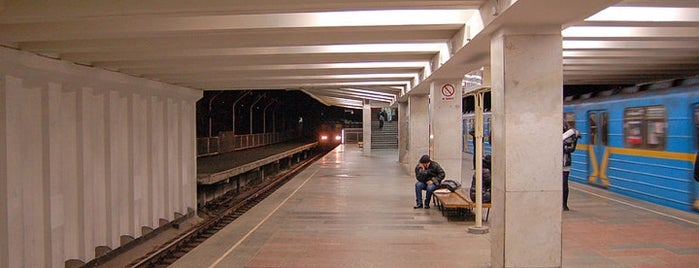 Станція «Чернігівська» is one of Київський метрополітен.