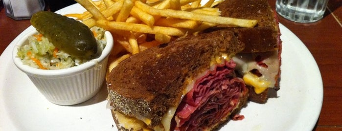 Reuben's Restaurant Delicatessen is one of Feed Me! Montreal.