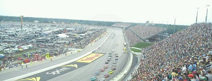 Darlington Raceway is one of Best Nascar Race Car Tracks.