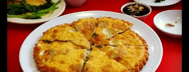 Jing Hua Restaurant 京華小吃 is one of Hole-in-the-Wall finds by ian thomtori.