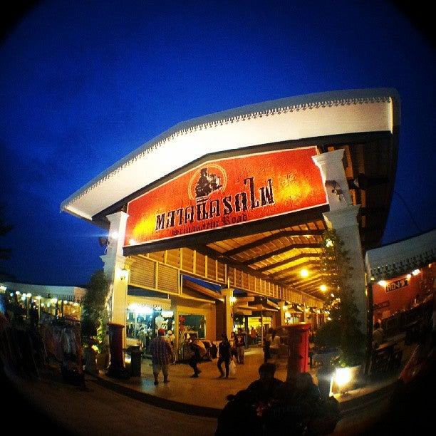 Train Night Market Srinakarin ตลาดนัดรถไฟ ศรีนครินทร์